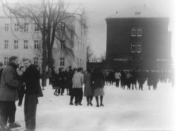1972 Schulhof Winter